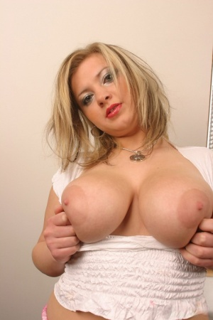 Chubby solo girl Malina May sets her large boobs free in black boots 63544826