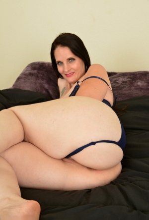 30 plus female Christina Sapphire plunges fingers into her twat in solo action