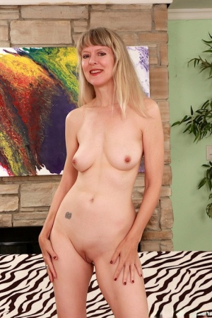 Sexy blond granny Jamie Foster showcases her bald pussy after lingerie removal