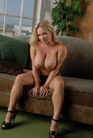 Blonde MILF Rachel Love uncups her large boobs before fingering her snatch 91498642
