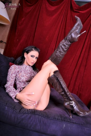 Hot MILF Jessica Jaymes sports smoky eyes while sucking off a large cock 36269864