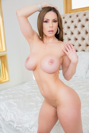 Curvy MILF Kendra Lust works clear of a stocking before having sex on a bed 93452466