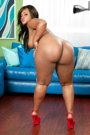 Fatty ebony Gizelle Stallion with big tits is boasting of her hot ass