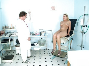 Big tit blonde gets fingered by gyno doctor and spread her twat
