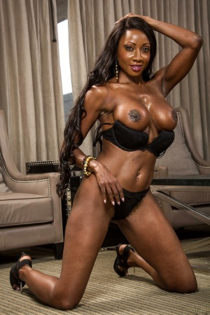 Chocolate beauty Diamond Jackson demonstrate her big boobies