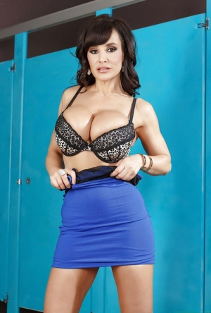 Sweetest babe milf Lisa Ann demonstrates her hot big booty!