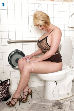 Selexia Rae does a blowjob on her hung man in the bathroom.