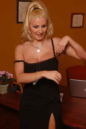 Busty MILF babe Brittany Andrews fingering and spreading her cunt