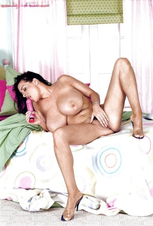 Leggy brunette mom Linsey Dawn McKenzie toying trimmed muff after undressing