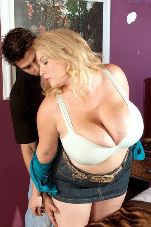 BBW MILF Renee Ross seduces a dude thanks to her amazing knockers