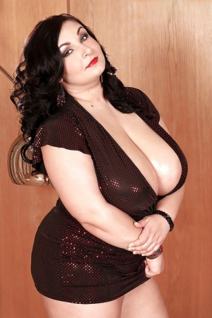 Chubby babe with big tits Raquel Grant exposes her peachy body