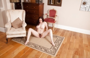 Trashy MILF Ely Louise spreads her legs for hairy pussy satisfaction