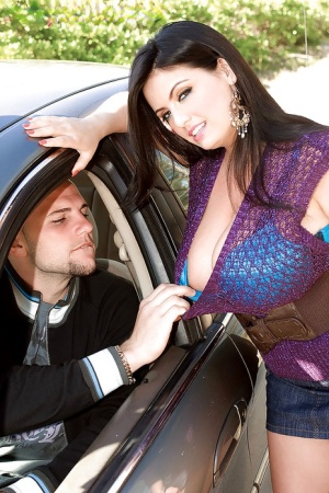 Huge melloned Arianna Sinn was hitchhiking in slutty outfit when she was picked up