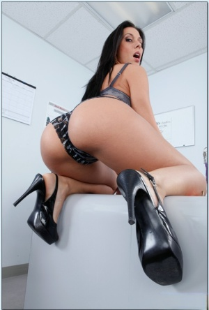 Office milf Rachel Starr lets you scrutinize her perfect butt