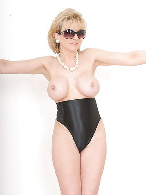 Well-stacked mature fetish blonde in sunglasses posing topless