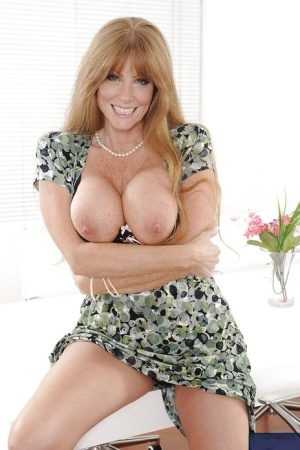 Mature bombshell Darla Crane revealing her rond boobs and inviting pussy